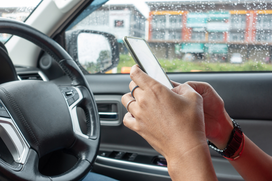 man texting while driving - new florida distracted driving law - viles and beckman - fort myers car accident attorneys